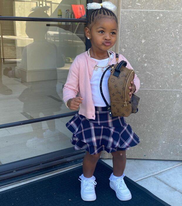 Kulture Hija de Cardi B posando para una fotografía mientras está usando su mochila de Louis Vuitton
