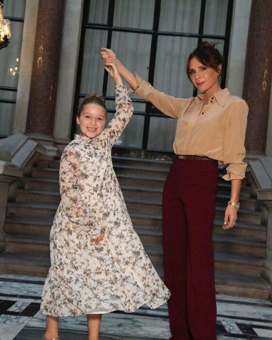 Victoria Beckham posando junto a su hija
