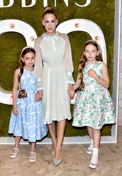 Sarah Jessica Parker posando junto a sus hijas meientras están en una alfombra roja
