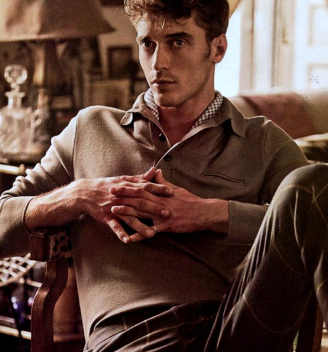 Clement Chabernaud; chico rubio usando un suéter café con cuello en v, pantalón de vestir de cuadros