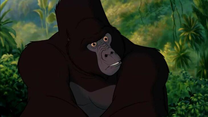 Kerchak de Tarzan viendo a su esposa mientras sostiene al bebé