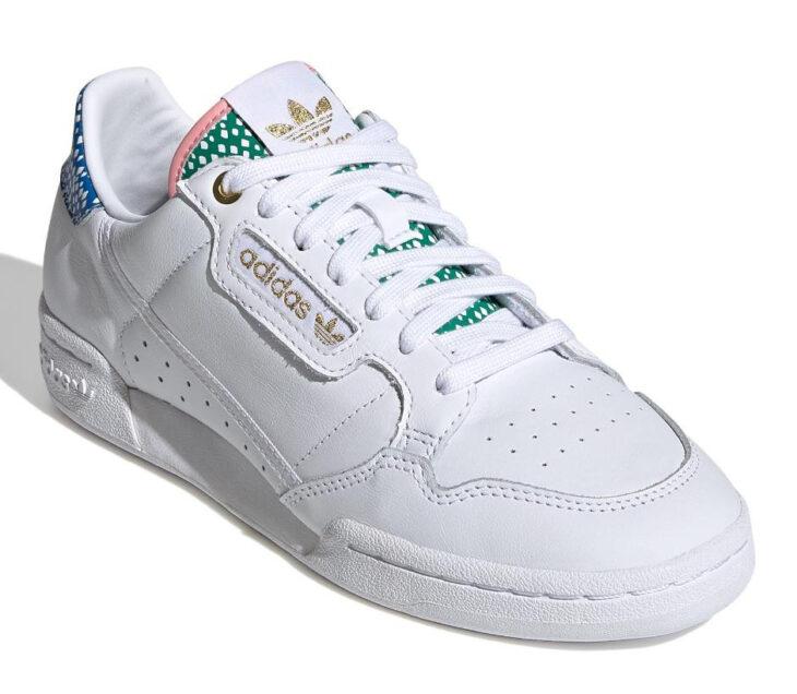 Tenis Adidas de color blanco con un toque de color