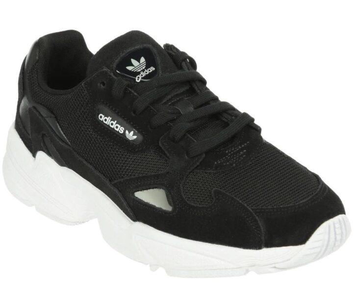Tenis adidas Originals en color negro con la suela blanca