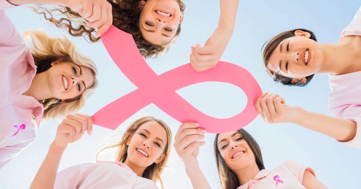 chicas sosteniendo listón rosa