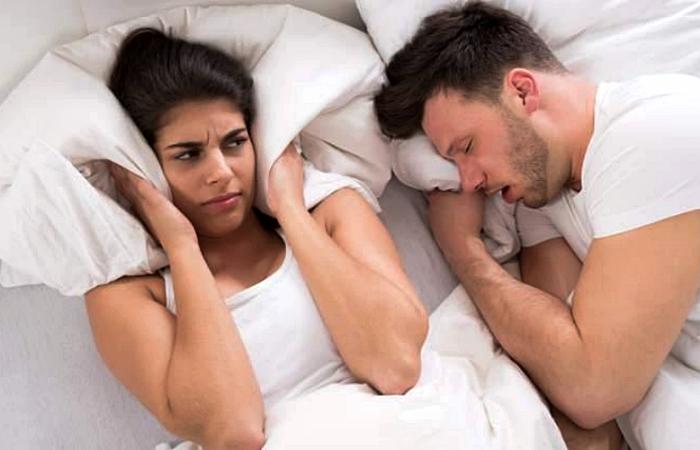 pareja durmiendo, novio roncando