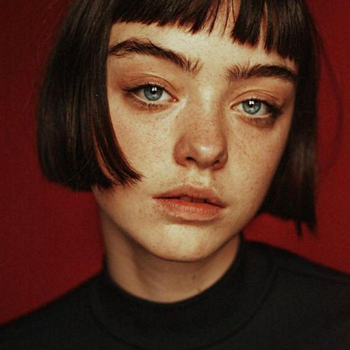 chica de ojos verdes usando maquillaje natural con pecas