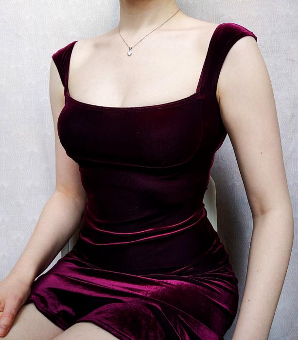 vestido guinda morando de terciopelo de tirantes con escote amplio