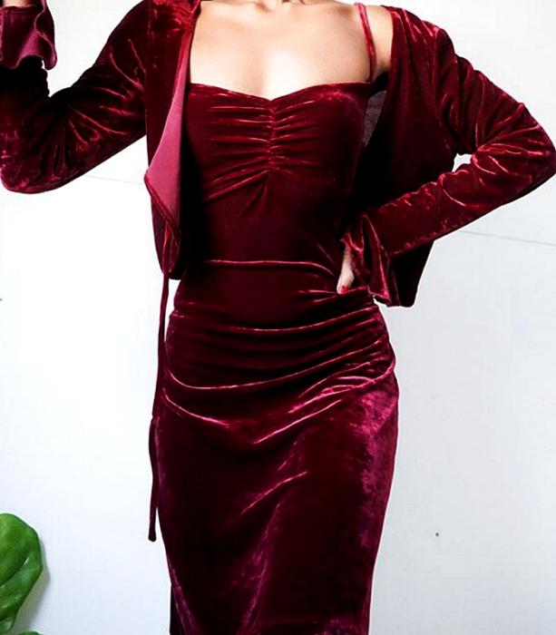 vestido largo de tirantes rojo de terciopelo con cardigan rojo de terciopelo de manga larga