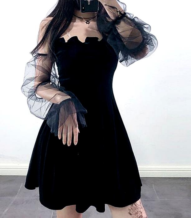vestido negro de terciopelo con mangas semi-transparentes con escote ondulado