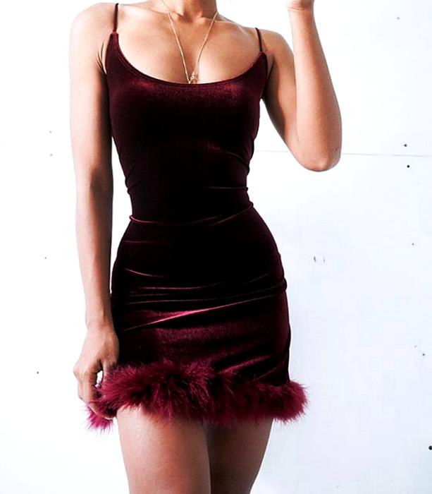 vestido corto de tirantes guinda de terciopelo con afelpado en el dobladillo