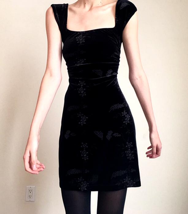 vestido negro de terciopelo de tirantes anchos con flores tejidas en color gris y medias azules semi-transparentes