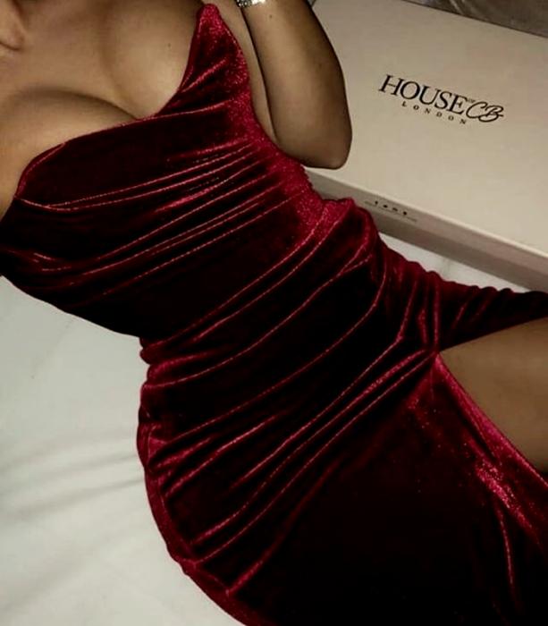 vestido rojo de terciopelo sin mangas, largo con abertura en la pierna