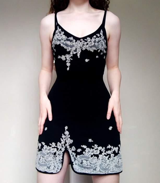 vestido negro de terciopelo de tirantes con abertura en la pierna y aplicaciones blancas de flores
