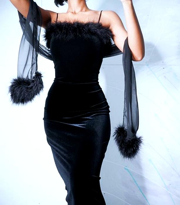 vestido negro de tirantes de terciopelo negro con chal de tela semi-transparente y aplicaciones de tela afelpada en el escote