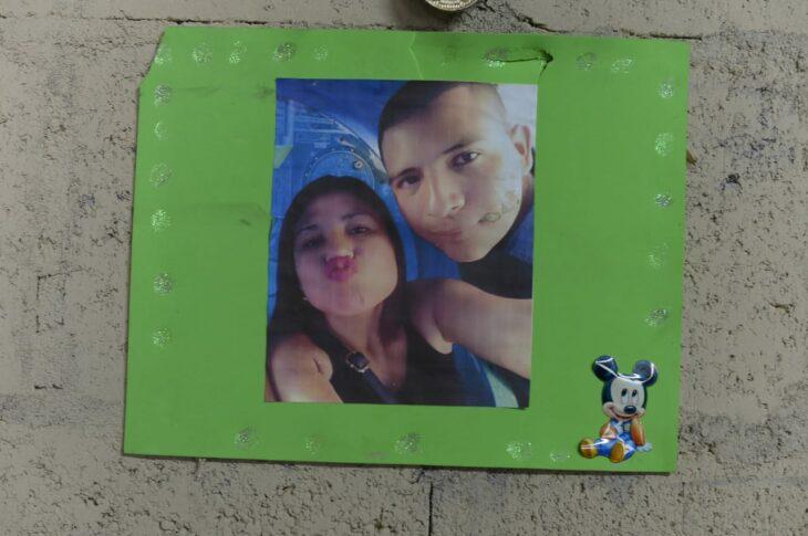Pancarta con una fotografía de Hugo y Erika