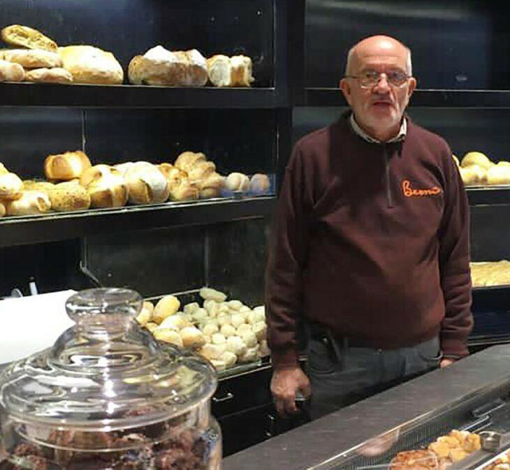 Gianni Bernardinello detrás del mostrador de su panadería