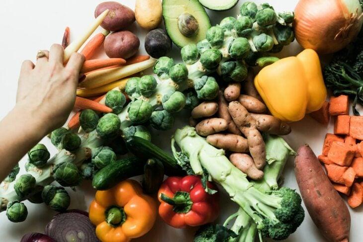 Verduras sobre una mesa de madera