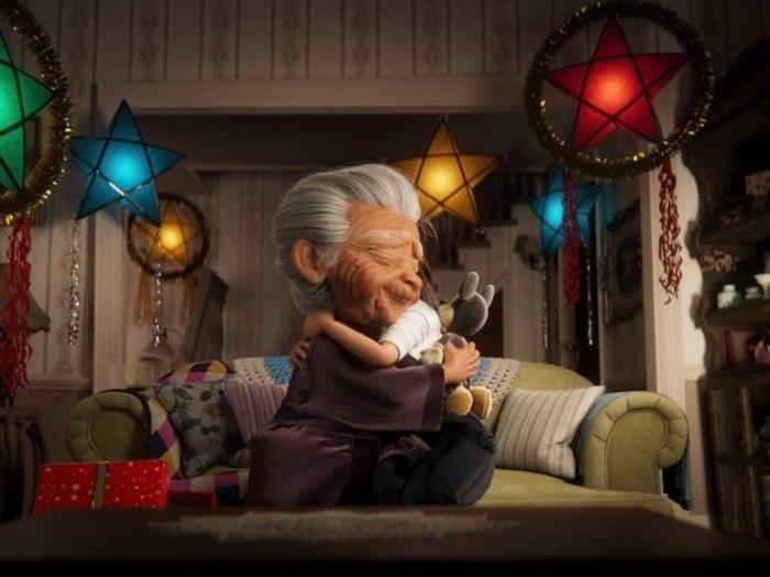 Escena del corto animado de Disney, en el que aparece la abuela abrazando a su nieta y sosteniendo el peluche de Mickey Mouse