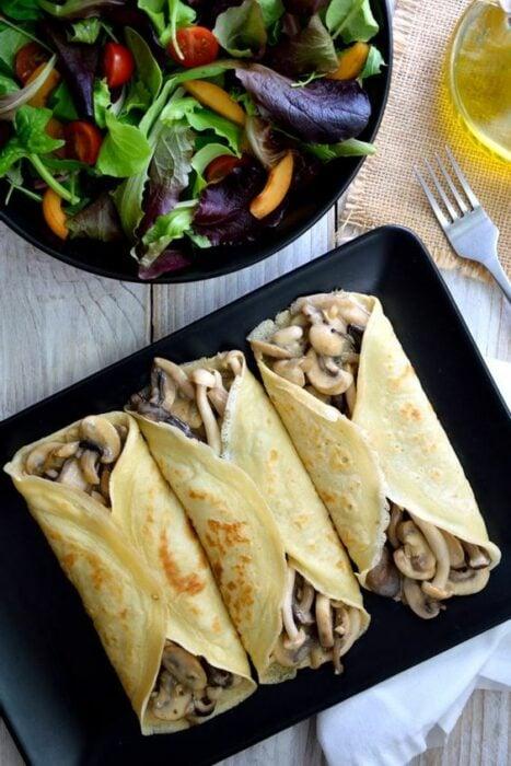 Crepas saladas rellenas de champiñones con queso; recetas con crepas