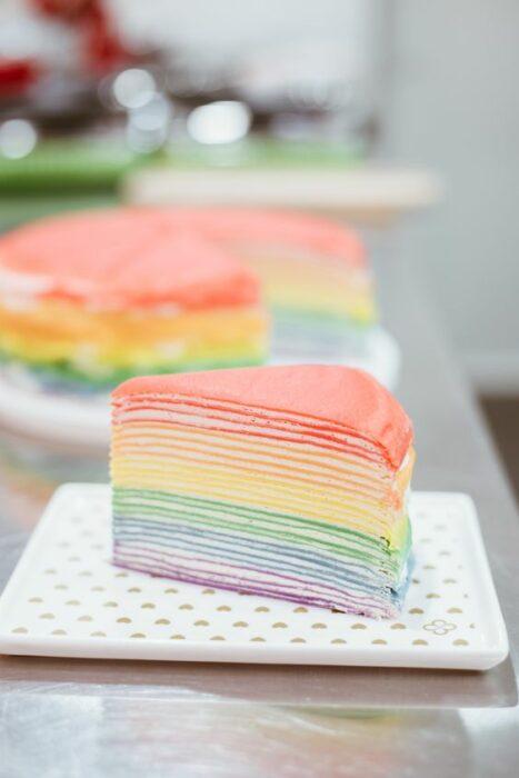 Pastel de crepas arcoíris con crema batida; recetas con crepas