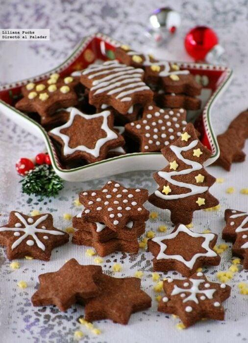Galletas de chocolate y mazapán en forma de estrellas; recetas de galletas y cupcakes navideños