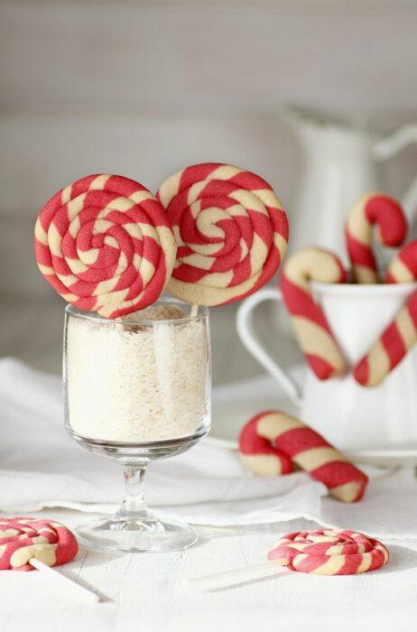 Galletas en espiral con colorantes rojos; recetas de galletas y cupcakes navideños