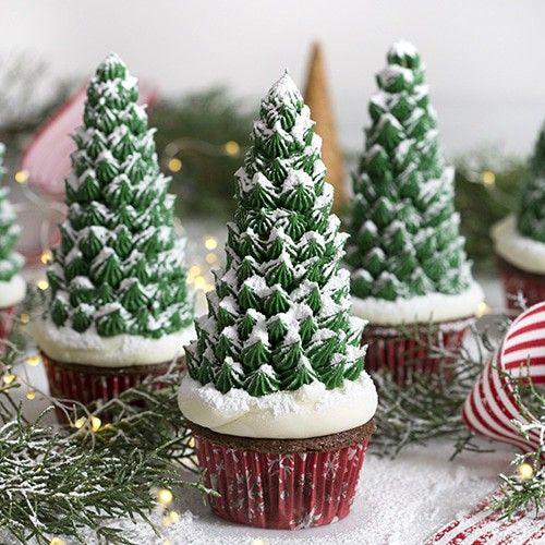 Cupcakes en forma de arbolito navideño con crema chantilli; recetas de galletas y cupcakes navideños