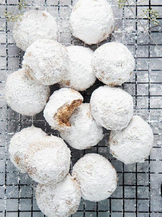 Galletas besos de nuez espolvoreadas con azúcar glas; recetas de galletas y cupcakes navideños