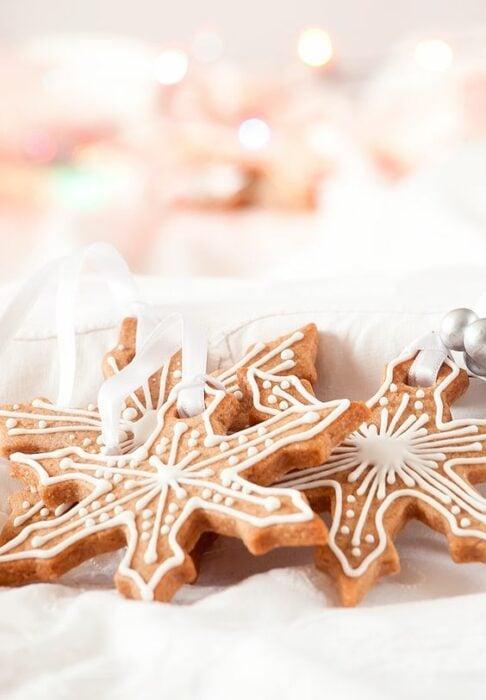 Galletas en forma de copos de nieve de mantequilla; recetas de galletas y cupcakes navideños