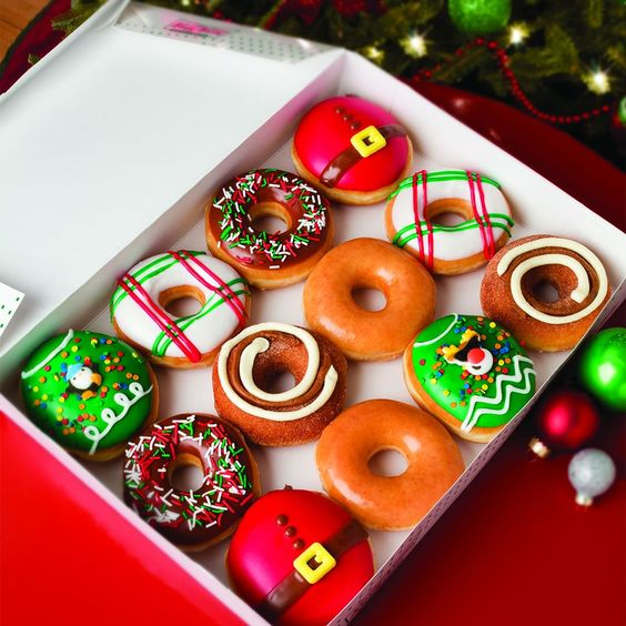 Donas al estilo Santa Claus, con betún de crema; recetas de galletas y cupcakes navideños