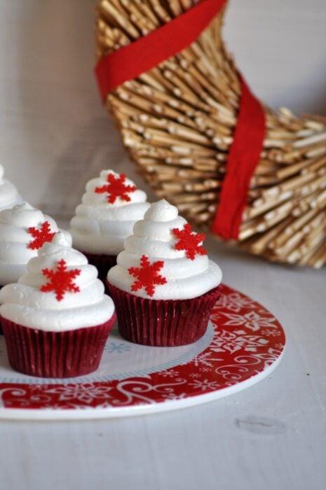 Cupcakes red velvet con crema pastelera; recetas de galletas y cupcakes navideños
