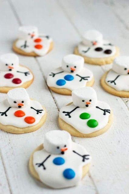 Galletas de mantequilla en forma de muñeco de nieve derretido; recetas de galletas y cupcakes navideños