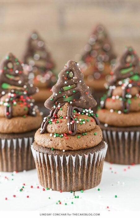 Cupcake de chocolate con dulces troceados; recetas de galletas y cupcakes navideños