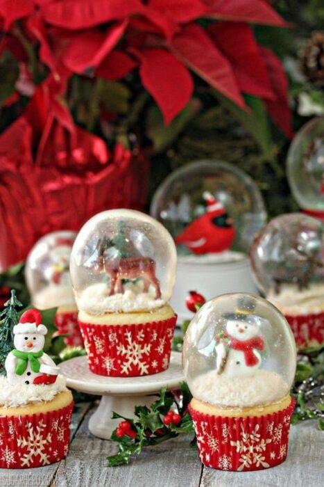 Cupcakes con esfera navideña de caramelo al centro; recetas de galletas y cupcakes navideños