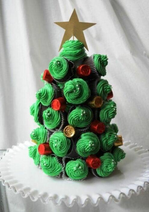 árbol de cupcakes navideños con betún de crema de limón; recetas de galletas y cupcakes navideños
