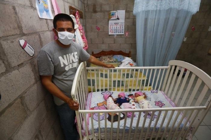 Hugo al lado de la cuna de sus trillizas el día que llegaron a casa después de haber nacido