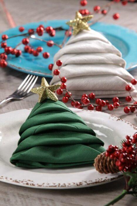 Servilletas de tela dobladas en forma de árbol de navidad