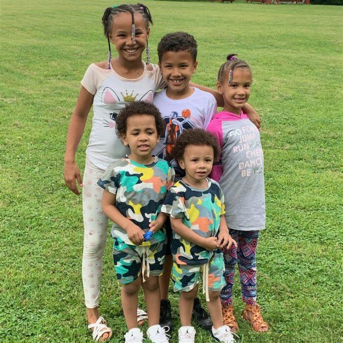 Robert Jr., Giovani, Kiontae, Marionna y Makayla jugando en el parque