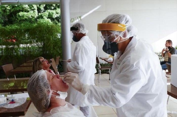 Doctores examinando a posibles pacientes con Covid-19