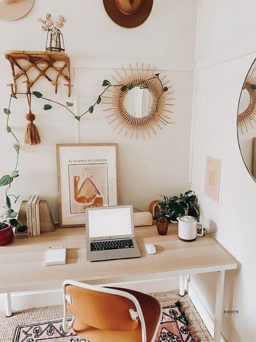 Lugar de trabajo ordenado, decorado con un par de plantas, una de ellas es una enredadera