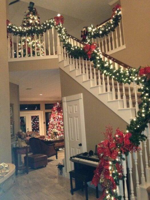 Escalera decorada con escarola de navidad