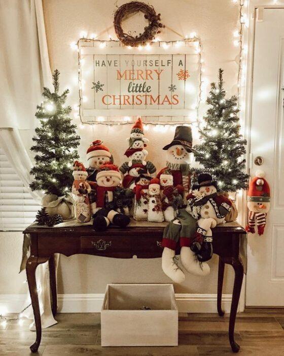Mesita decorada con muñecos de nieve, acorde a Navidad