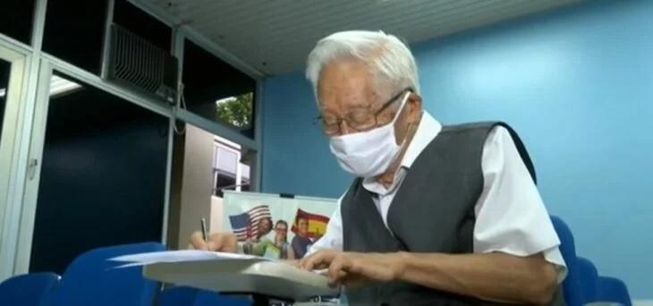 Antônio Tonouti, abuelito etudiando para presentar examen de admisión a medicina