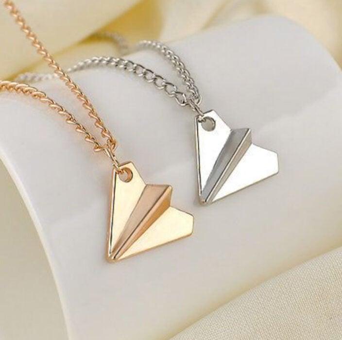 Collares de la amistad en color rose gold y plata de avioncitos de papel