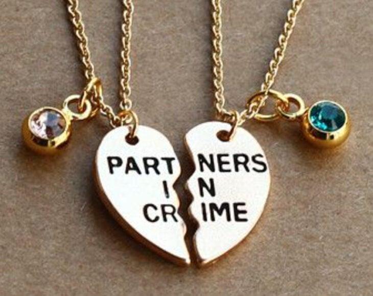 """collares de la amistad con dije de medio corazón con la frase de """"Partners in Crime"""""""