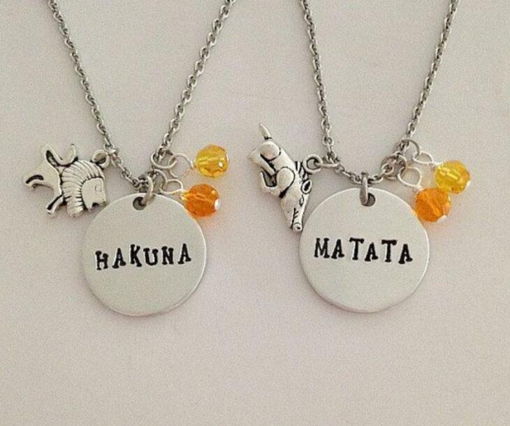 Collares de la amistad con dije de Timon y Pumba y forman la frase de Hakuna Matata