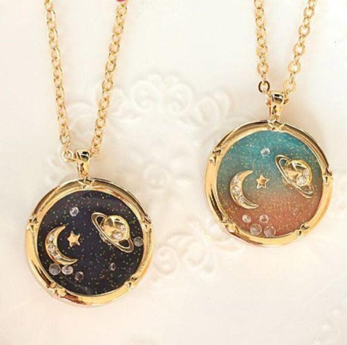 Collares de la amistad con cadena de color dorado con dije del universo con detalle de una luna y Saturno