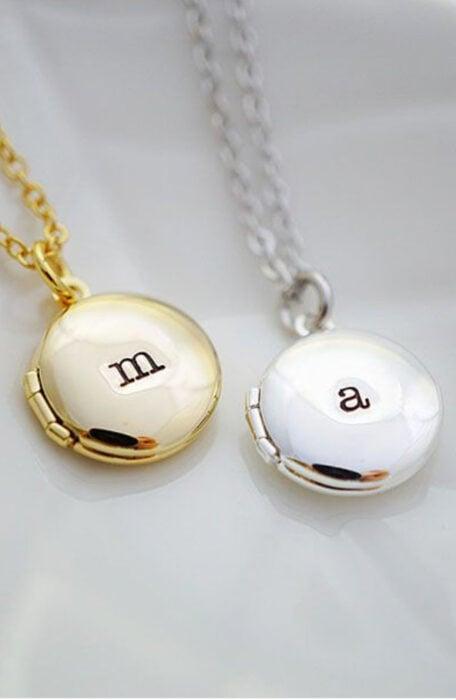 """Collares de la amistad de color dorado y plata con las iniciales de """"M"""" y """"A"""""""