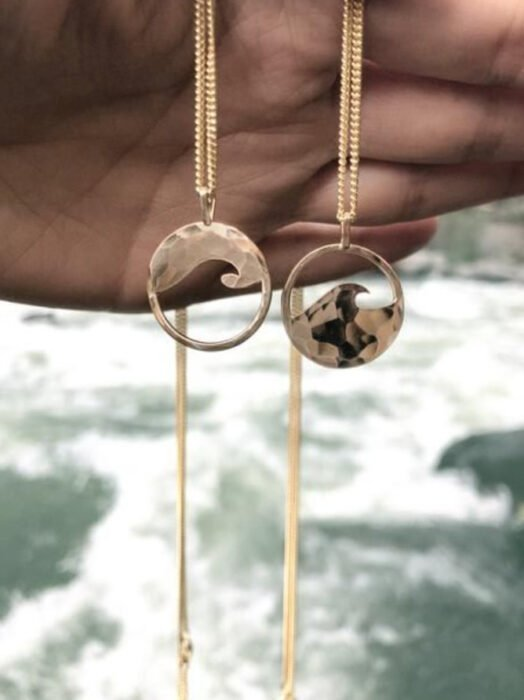 Friendship necklaces with the engraving of a sea wave