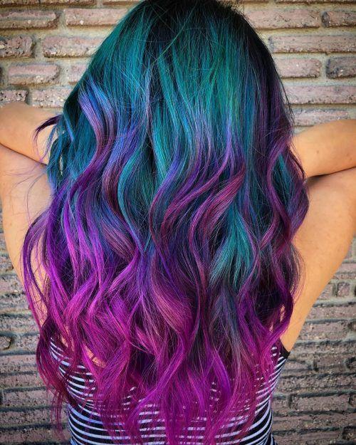Chica de espaldas mostrando su cabello verde, azul, rosa y morado con efecto de galaxia